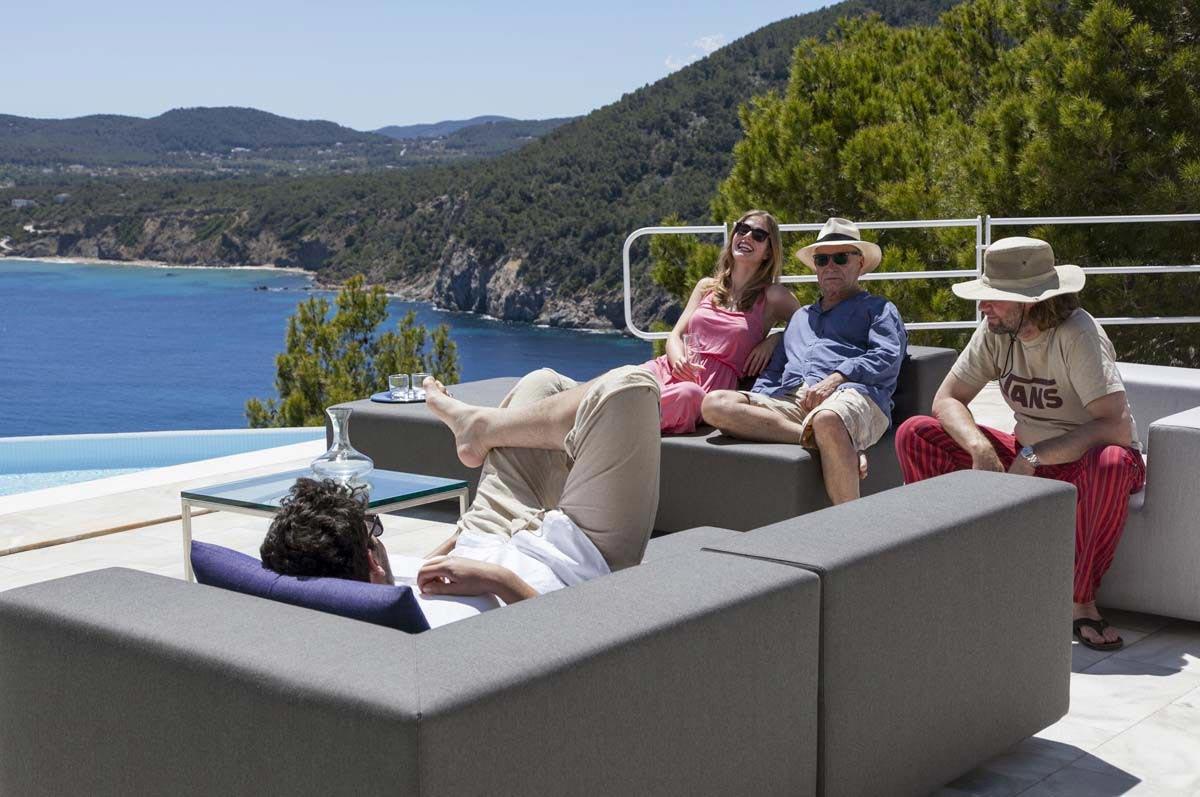 Lounge Sessel und Gartenhocker LOOP mit bunten Kissen BOB auf Terrasse in der Schweiz